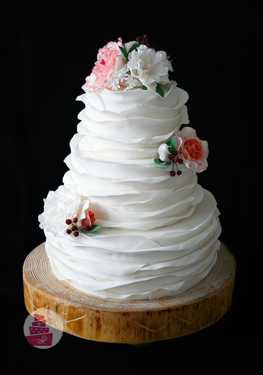 svadobna-torta-riasena-na-drevenom-podstavci